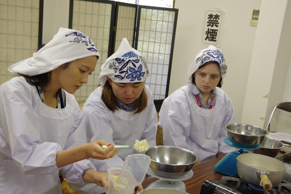 People from overseas are scaling miso with serious faces.